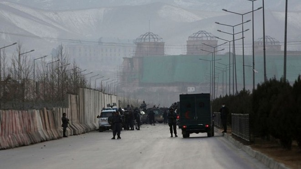 Nhân viên an ninh làm việc tại hiện trường vụ đánh bom ở Kabul ngày 10-1