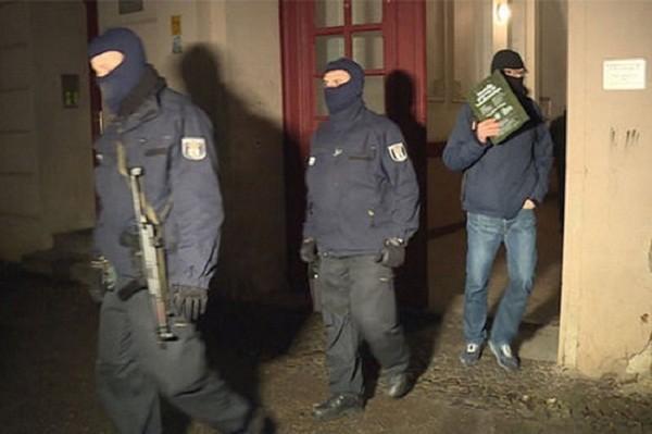 Cảnh sát Đức tại hiện trường vụ bắt giữ 3 đối tượng