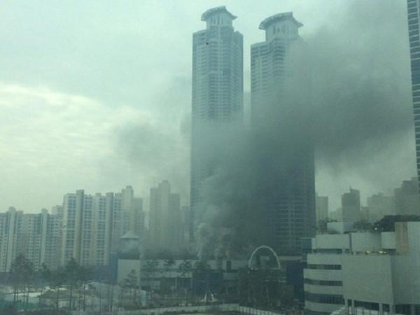 Khói đen bao phủ quanh tòa trung tâm thương mại bị cháy