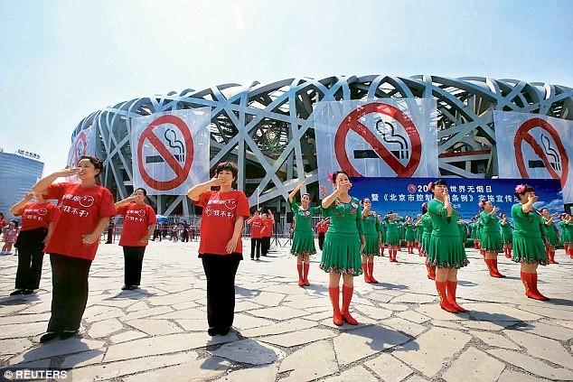 """""""Kỷ luật thép"""" với hành vi hút thuốc và xả rác nơi công cộng ảnh 1"""