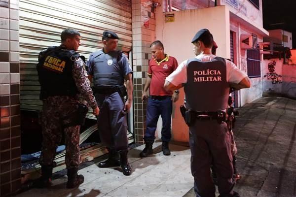 Cảnh sát kiểm tra lối vào một cửa hàng bị cướp phá ở thành phố Vitoria, bang Espirito Santo
