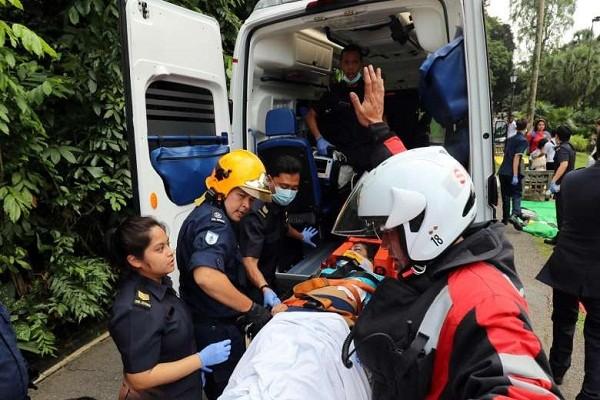 Nạn nhân trong vụ cây đổ được nhanh chóng đưa tới bệnh viện