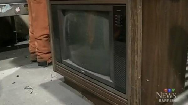 Nhận lại 76.560 USD bỏ quên từ 30 năm trước trong chiếc tivi cũ