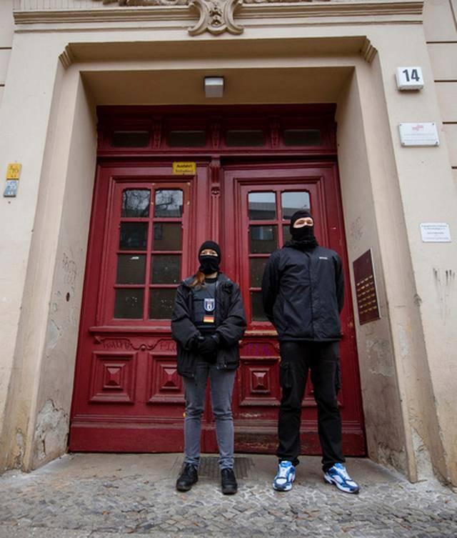 Cảnh sát Đức đứng canh trước cửa nhà thờ Fussilet 33
