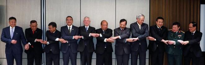 Bộ trưởng Quốc phòng Mỹ James Mattis và quan chức quốc phòng các nước Đông Nam Á cùng cam kết đẩy lui mối đe dọa khủng bố