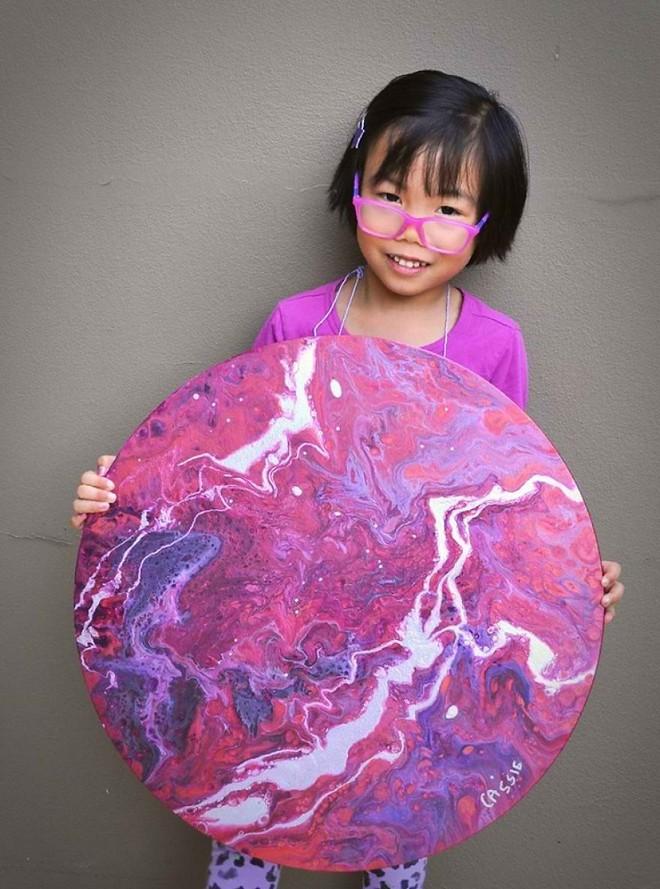 Cassie Gee và một bức tranh do cô bé vẽ