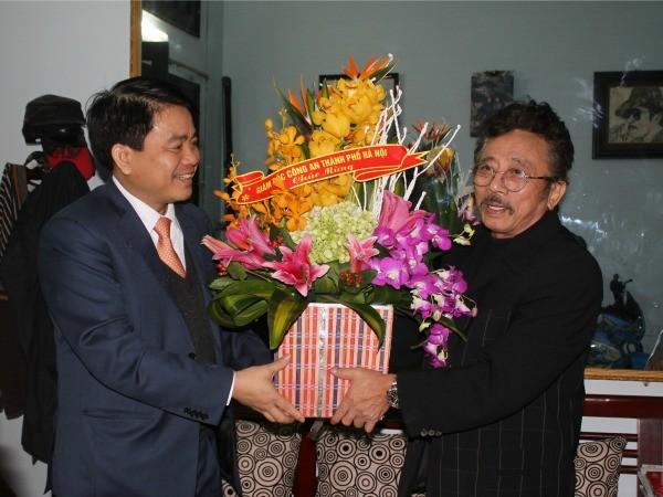 Giám đốc CATP Hà Nội Nguyễn Đức Chung chúc mừng sinh nhật nhà văn Chu Lai