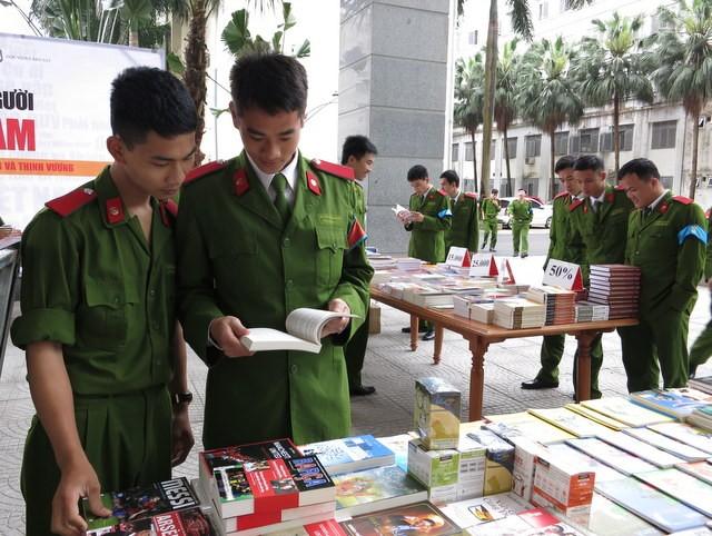 Các gian hàng sách thu hút rất đông sinh viên Học viện CSND