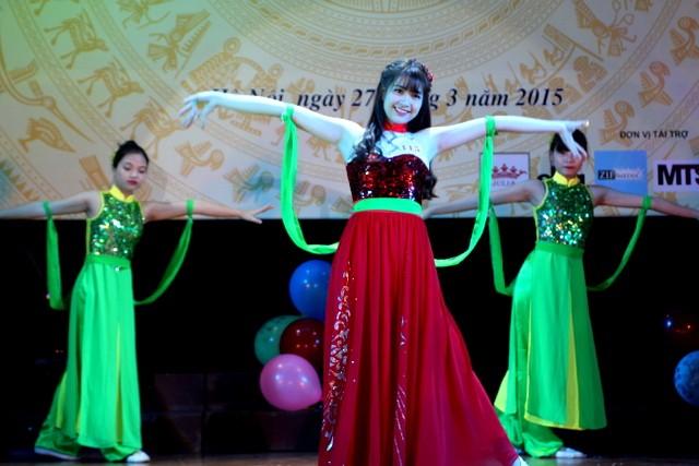 """Lê Thị Việt Hà (SBD 115) xinh đẹp trong màn múa """"Cánh hồng"""""""