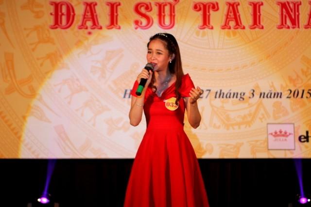 Lê Thị Thúy Hồng (SBD 032) chinh phục khán giả với tiết mục nhạc kịch duyên dáng