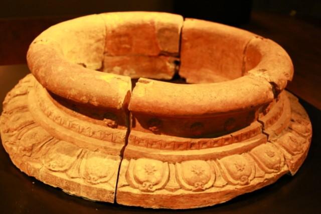 Miệng giếng chạm nổi bằng cánh sen thời Trần thế kỷ 13-14
