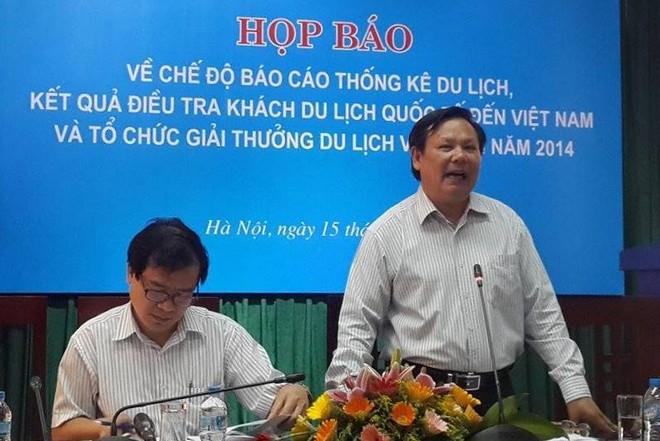Tổng cục trưởng TCDL Việt Nam Nguyễn Văn Tuấn (phải) hoan nghênh các địa phương có sáng kiến quảng bá hình ảnh du lịch như tỉnh Quảng Bình