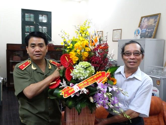 Thiếu tướng, Giám đốc CATP Hà Nội Nguyễn Đức Chung chúc mừng nhà thơ Bằng Việt
