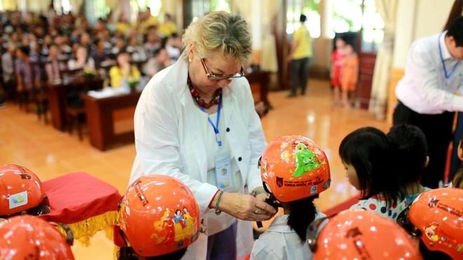 Sinh viên ĐH Quốc gia tặng hơn 200 mũ bảo hiểm cho trẻ em nghèo