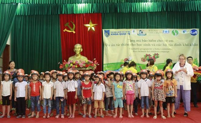 GS Lynn Lannon đại diện trao mũ bảo hiểm cho các em học sinh trường Tiểu học Đông Phương Yên