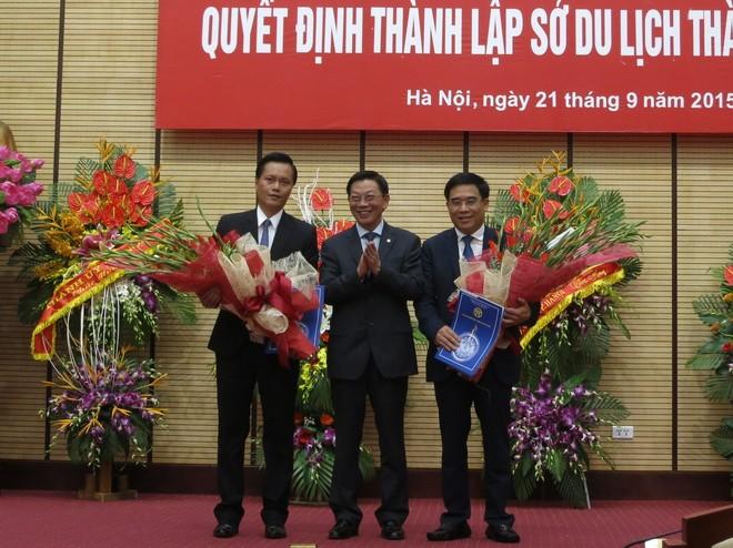 Chủ tịch UBND Thành phố Hà Nội Nguyễn Thế Thảo chúc mừng Giám đốc Sở Du lịch HN Đỗ Đình Hồng (phải) và Phó Giám đốc Sở Du lịch Hà Nội Trần Đức Hải (trái)