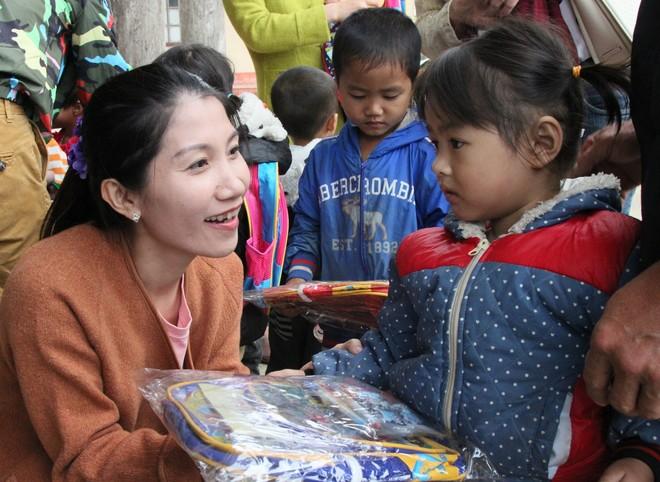 Ấm lòng những món quà từ doanh nghiệp du lịch gửi tặng trẻ em Sơn La