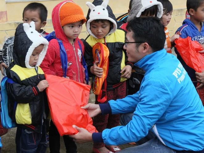 Đại diện công ty PYS Travel trao tận tay những món quà đến trẻ em trường mầm non Nà Bai