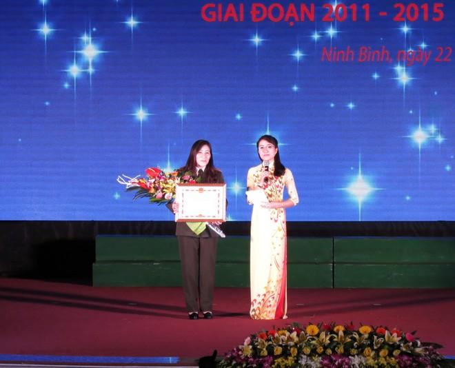 Tác giả Hoài Thanh (trái) xúc động khi nhận được giải thưởng
