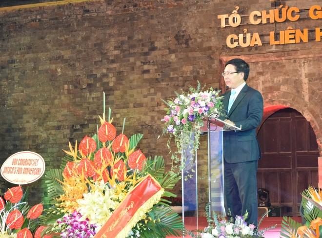Phó Thủ tướng Phạm Binh Minh chúc mừng những thành tựu mà UNESCO đã đạt được (Ảnh: Ngọc Duy)