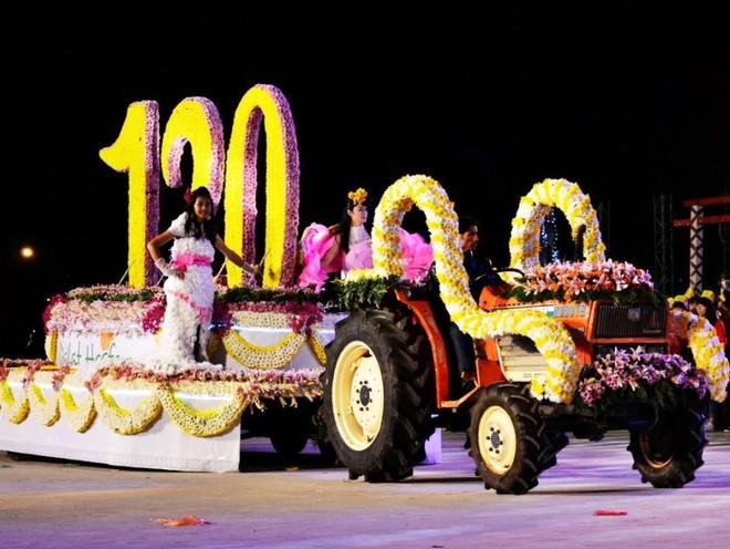 Diễu hành xe hoa là một trong những sự kiện được chờ đón tại Festival