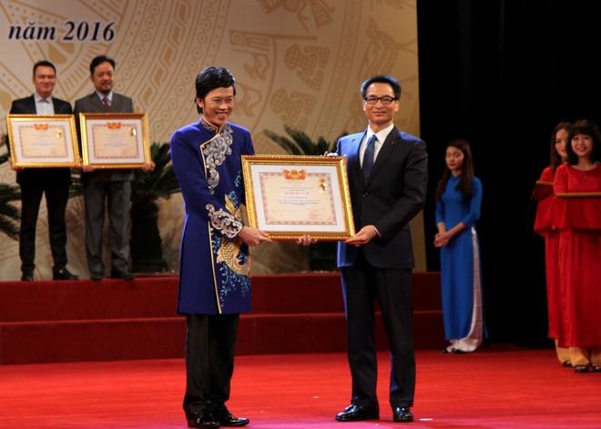 Hoài Linh là nghệ sĩ hải ngoại đầu tiên được xét đặc cách nhận danh hiệu NSƯT. Ảnh: Phó Thủ tướng Chính phủ Vũ Đức Đam trao danh hiệu NSƯT cho danh hài Hoài Linh