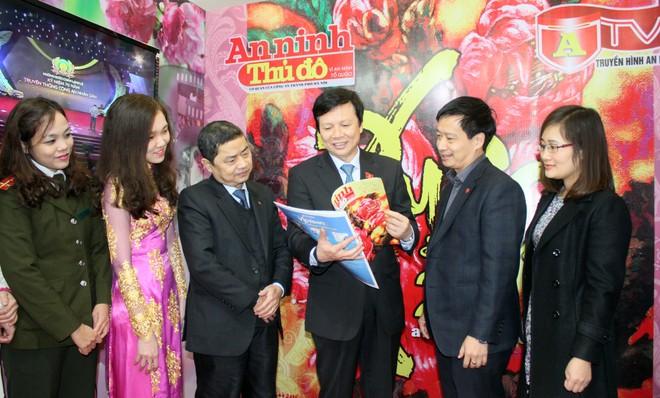 Đồng chí Hồ Quang Lợi tham quan gian báo xuân Báo An ninh Thủ đô