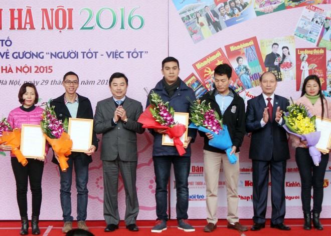 Tác giả Phi Điệp (giữa) nhận giải Ba giải thưởng báo chí Ngô Tất Tố