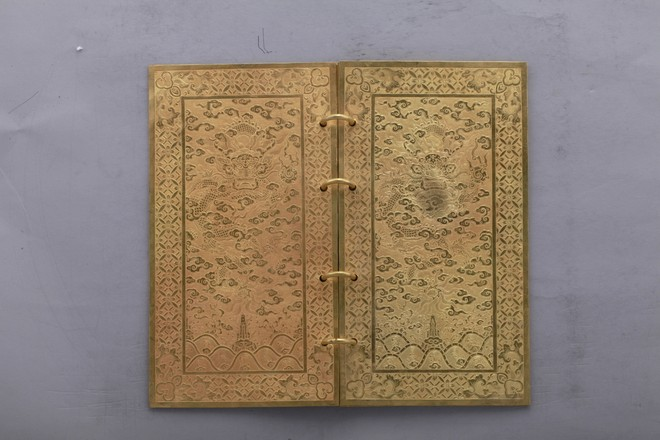 Kim sách Vàng, niên hiệu Gia Long thứ 5 (1806). Hoàng đế Gia Long ca tụng công đức và truy tôn hiệu cho chúa Nguyễn Hoàng