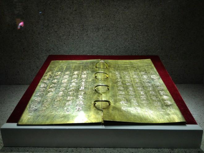 Chiêm ngưỡng những cuốn sách bằng vàng hiếm có ảnh 1