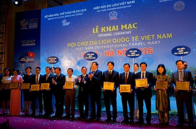 15 đại diện cho các resort, các làng nghề, khu vui chơi giả trí... nhận giải thưởng