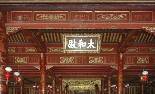 Hiện các công trình kiến trúc Huế còn lưu giữ khá nhiều văn tự chữ Hán