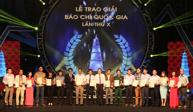 Nhóm các tác giả nhận giải C