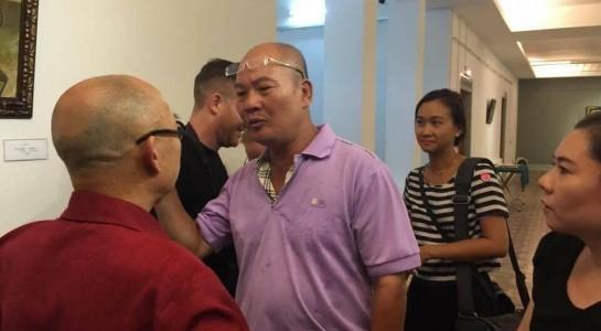 Nhà sưu tập Vũ Xuân Chung (áo tím) có hành vi thiếu kiềm chế với họa sỹ Thành Chương