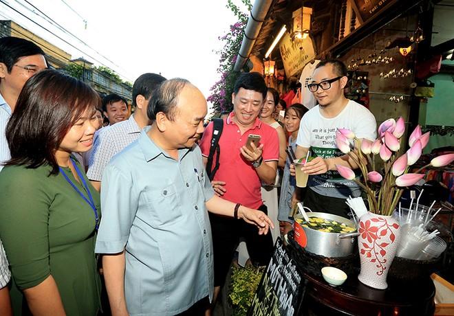 Thủ tướng Nguyễn Xuân Phúc đi thăm phố cổ Hội An (Ảnh: Quang Hiếu)