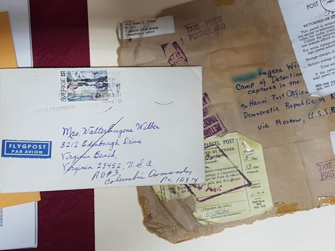 Kỷ vật quý của cựu binh Mỹ được tặng lại cho Nhà tù Hỏa Lò
