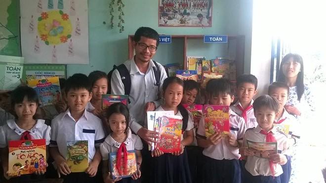 """""""Sách hóa nông thôn"""" đã xây dựng được hơn 5.000 tủ sách cho các em học sinh nông thôn"""