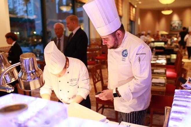Các đầu bếp của khách sạn trực tiếp chuẩn bị món ăn cho thực khách