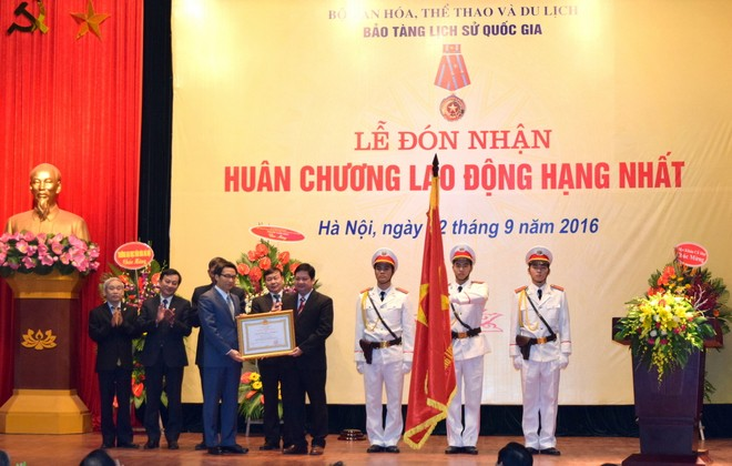 Phó Thủ tướng Vũ Đức Đam trao Huân chương Lao động hạng Nhất cho Bảo tàng Lịch sử quốc gia (Ảnh: Ngọc Duy)