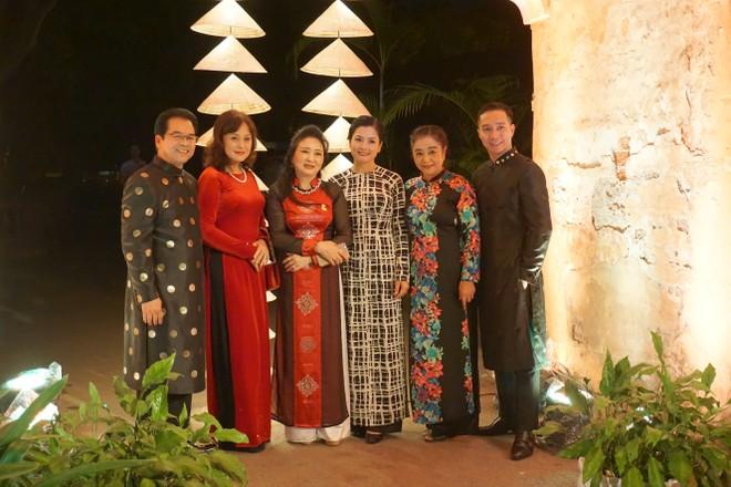 NSND Trần Nhượng, NSND Hoàng Cúc cùng các nghệ sỹ, các nhà thiết kế trong những trang phục áo dài truyền thống