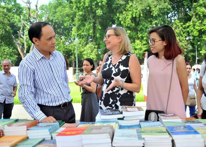 Bà Claudia Kaiser (giữa), Phó Chủ tịch Hội sách Quốc tế Frankfurt, Đức vui vẻ trò chuyện về sách
