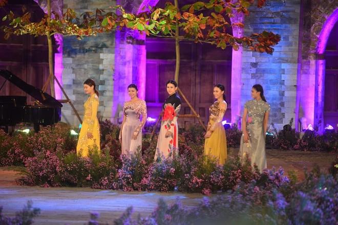 Các người đẹp, diễn viên, các nhà ngoại giao rạng rỡ trong trang phục áo dài
