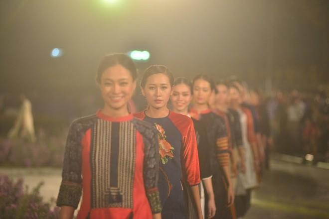 Hoàng thành Thăng Long rực sáng trong đêm hội áo dài