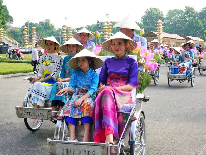 Màn diễu hành áo dài đẹp mắt là một trong những điểm nhấn của Festival