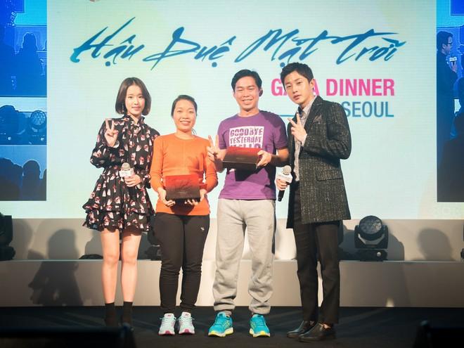 """Du khách Việt chụp ảnh cùng diễn viên """"Hậu duệ Mặt trời"""" Park Hwanhui và Kim Minseok"""