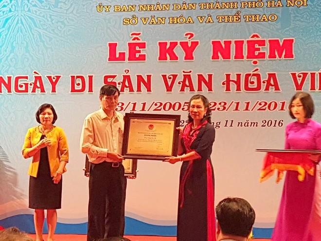 Thứ trưởng Đặng Thị Bích Liên trao bằng chứng nhận cho các di sản văn hóa phi vật thể của Hà Nội mới được công nhận