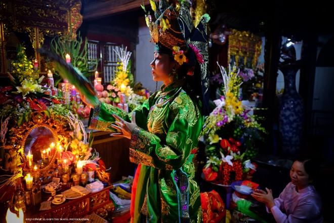 Một bà đồng tại đền Tam Phủ, Hà Nội. Ảnh: Tewfic El-Sawy