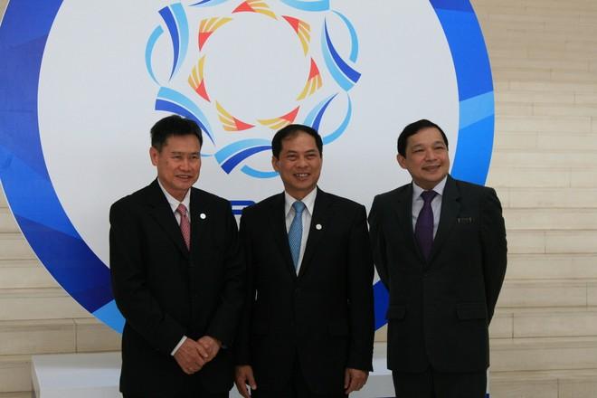 Thứ trưởng Bộ Ngoại giao Bùi Thanh Sơn (giữa) cùng các đại biểu