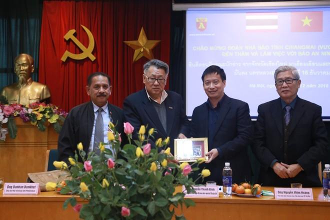 Ông Amnat Jongyotting, Chủ tịch Hội Nhà báo tỉnh Chiang Mai tặng quà lưu niệm cho Báo An ninh Thủ đô