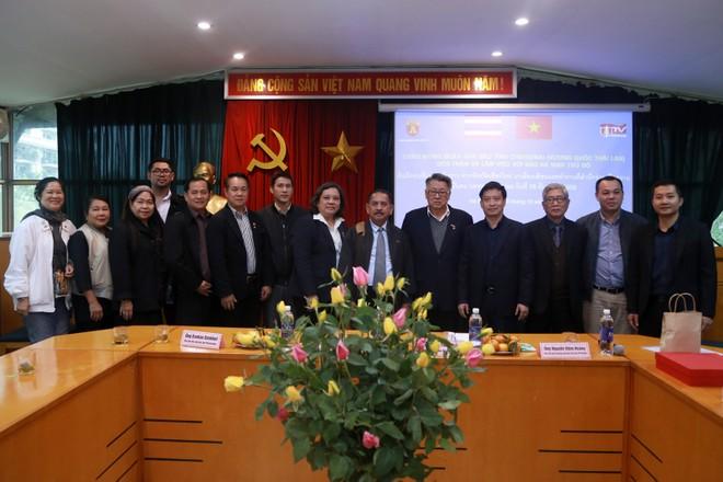 Đoàn đại biểu Hội nhà báo tỉnh Chiang Mai (Thái Lan) chụp ảnh lưu niệm cùng đại diện lãnh đạo Hội Nhà báo Hà Nội và Báo An ninh Thủ đô